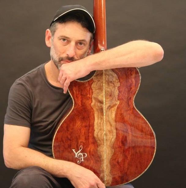 אמיר פרלמן עם גיטרה אקוסטית של y&p